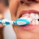 Zahnbürste reinigt nicht dort, wo es darauf ankommt. Bakterien am Zahnhals und in den Zahnzwischenräumen werden nicht entfernt.